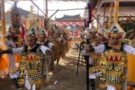 """ISI Denpasar """"ngaturang ayah"""" di Pura Puseh Pujungan-Tabanan"""