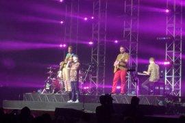 Lukas Graham kenakan batik saat tampil perdana di Indonesia