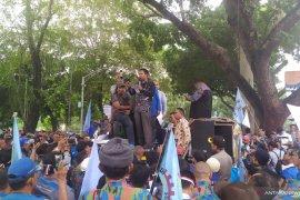 Ribuan buruh berunjuk rasa di DPRD Sumut