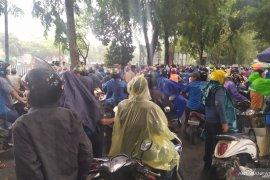 Diguyur hujan, massa buruh di DPRD Sumut bubar