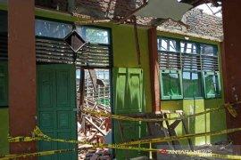 435 ruang kelas di SMP Cirebon rusak berat