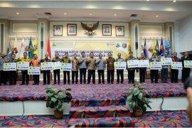 Arinal dan Dirjen PUPR Serahkan Bantuan Stimulan Perumahan 5.588 Penerima Di Lampung