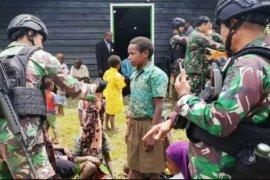 TNI bagikan pakaian batik kepada warga Nduga Papua