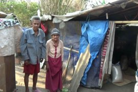 Berharap bantuan dermawan, kakek-nenek bersama anak cucunya ini hanya tinggal di gubuk plastik