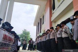 Massa demo di Kantor Pengadilan Negeri Barabai