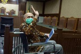 Kivlan Zen hadiri sidang lanjutan menggunakan batik berwarna  hitam