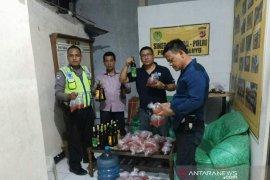 Polisi Cianjur amankan puluhan kantong minuman keras oplosan