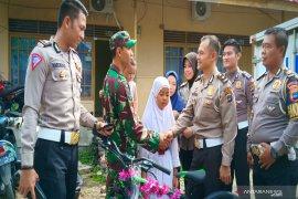 Hadiah kejutan untuk Praka M Noor dari  anggota Polri dalam momen HUT TNI