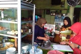 Dinkes Sibolga lakukan pengawasan terhadap penjual lontong yang gunakan bungkus plastik