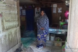 Tinggal di rumah tak layak huni, Tukang ojek perempuan ini berjuang demi tiga anaknya
