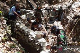 Satgas Pamtas Yonif/142 KJ di perbatasan RI-Timor Leste bantu warga atasi krisis air