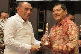 Gubernur serahkan Piala TPID berprestasi kepada Bupati Karo