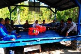 Satpolair Bangka Barat bantu jaket keselamatan kepada kelompok nelayan