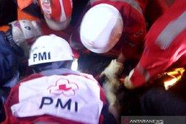 Relawan PMI Cianjur bantu BPBD evakuasi dua korban tertimbun longsor