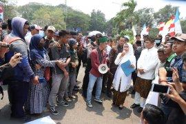 Bupati Serang temui Para demonstran saat HUT ke 493