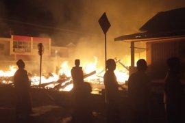 10 kios di Pasar Cibaliung terbakar tadi pagi