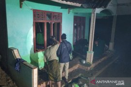 Suami istri tertimbun longsoran tanah di Cianjur ditemukan sudah tak bernyawa