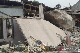 Batu besar menimpa rumah warga akibat aktivitas pertambangan, kata Dinas