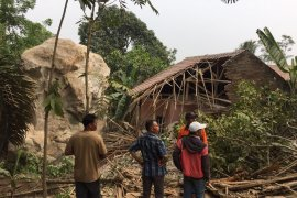 Rumah warga Purwakarta tertimpa batu besar telah didata