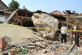 Polisi Purwakarta periksa tiga saksi kasus bebatuan menimpa rumah warga