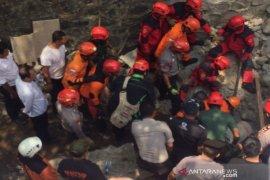 Dua pekerja bangunan di RSUD Sleman alami luka  tertimpa talud runtuh