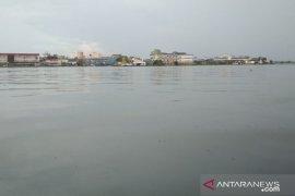 Warna air Sungai Kapuas berubah jadi bening kehijauan