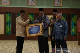 Banjar Regent receives WTP placard from the governor