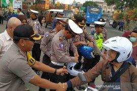 Polres Sumedang bagikan helm untuk mahasiswa di kampus Unpad