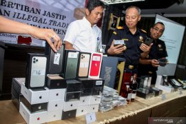 Bea Cukai Juanda sita 76 unit ponsel Iphone 11 ilegal (Video)