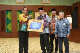 Bupati Tanah Laut terima penghargaan plakat WTP dari Gubernur Kalsel