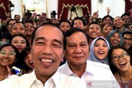 Presiden Jokowi dan Prabowo swafoto bersama wartawan