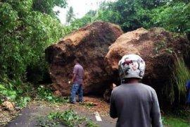Gempa akibatkan  bongkahan batu tutup ruas jalan menuju Desa Tial