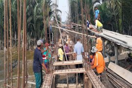 Semangat dan Kekompakan Warga-Satgas TMMD Ke-106 Pasang Mal Tiang dan Lantai Balok Air