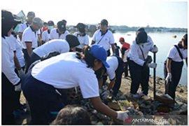 Personel Lanal Denpasar bersihkan sampah di Pelabuhan Benoa