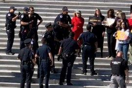 Aktris senior peraih Oscar Jane Fonda diciduk polisi