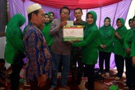 Anggota Persit Tabalong bagikan sembako gratis