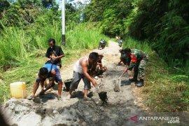Koramil 03/Spirok dan masyarakat gotongroyong perbaiki jalan dusun