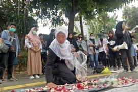 """""""Solidaritas Emak Emak"""" tabur bunga di Polda Metro Jaya"""