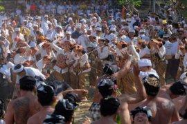 Tradisi perang ketupat