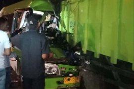 Mobil rombongan pengantin tabrak tronton parkir, dua orang tewas