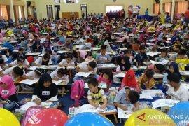 Seribu anak Jember ikuti lomba mewarnai cita-cita Alfamart-Susu Bendera