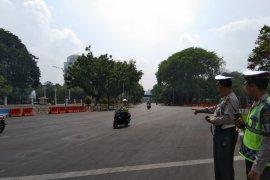 Terkait adanya aksi unjuk rasa, lalin jalan Merdeka Utara dan Barat ditutup
