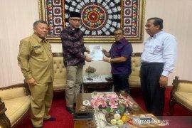 Bupati Aceh Jaya serahkan dokumen KEK dan KIT Alue Bieng kepada Gubernur Aceh