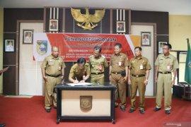 Pejabat Pemkab Tanah Laut tandatangani zona integritas