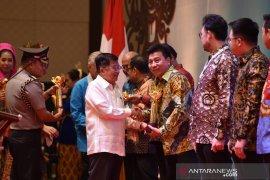 Wapres JK serahkan Primaniyarta Awards pada Riau Andalan Kertas