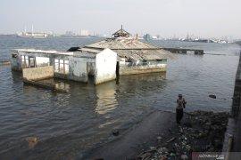 Permukaan air laut Jakarta Utara  berada 1,5 meter di atas tanah