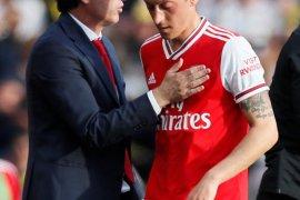 Pelatih Arsenal Unai Emery  mengaku belum tutup pintu bagi Mesut Ozil