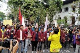 Ratusan mahasiswa kembali gelar aksi di depan Gedung Sate Bandung
