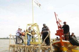 PT Cirebon Power bantu lampu suar untuk nelayan