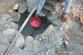Mencari air di dasar sungai Jombang